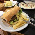 Ese es un sandwich de milanesa con fritas (ya habia comido un poco). 130 argentinos muy rico!