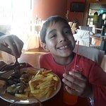 Mi pequeño feliz, por su rico almuerzo que llegó.