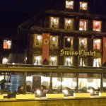 Swiss Chalets Lodge am Abend