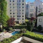 environnement urbain mais verdures et piscine a l'hotel