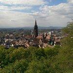 Verbindingsgang zwischen oberem und unterem Schloss. Blick auf Freiburg und Münster