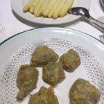 Espárragos y alcachofas rebozadas, ambos platos exquisitos