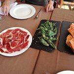 Buenisima eleccion como entrante, pimientos de padron, jamon  y pan tostado con tomate y ajo