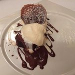 El postre de milhojas de nata con helado de vainilla para rematar una cena exquisita