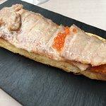 Ventresca de atún rojo semiahumada, salmorejo de tomate asado, y huevas de trucha