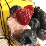 Cestino di cioccolato con frutta fresca