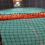Abgewetzter Teppich im Fußball- Basketballfeld