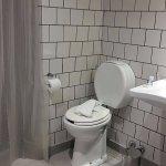 baño amplio, no posee bidet
