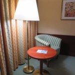 Tisch mit Stuhl im Zimmer