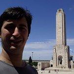 La torre del monumento a la bandera, que incluye escalinatas, un museo, y demás.