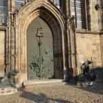 """Portal mit Figuren """"Zerstörung und Wiederaufbau"""""""