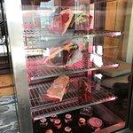 Présentation des viandes à l'entrée du restaurant