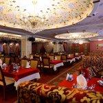 Красивейший просторный зал может одновременно вместить до 130 гостей