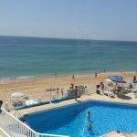 Piscina, zona de hamacas y playa