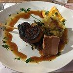 Tournedos de margret de canard avec foie gras et pommes écrasées aux cêpes.