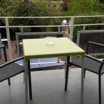 Balcon avec salon de jardin