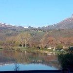 Vue panoramique sur le lac et les montagnes enneigées