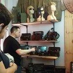 Notre guide au musée KGB en train de montrer du matériel