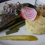Pour commencer le médaillo de foie gras et la suite le filet de bar