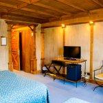 Habitación equipada con frigobar, tv plasma, caja de seguridad, teléfono y amplitud.