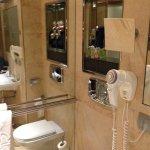 Baño limpio y decoración con detalles