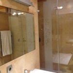 Bañera con tres tipos de chorro: inferior, alcachofa fija de pared y alcachofa flexible.
