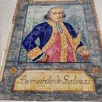 Mosaico de Bernardo de Gálvez en el lateral de la iglesia