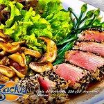 Salada Oriental (Atum levemente grelhado, gergelim, mix de folhas, nirá, shitake ao molho teriya