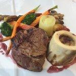 Plat servi au restaurant : pavé de boeuf avec petis légume et os à moëlle