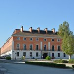 Fachada de entrada del hotel tomada desde el Palacio Real