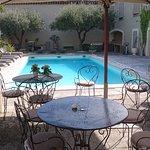 Partie salon entre le restaurant et la piscine