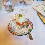 Amuse-bouche composé d'une mousse de choux-fleur au curry, sur un lit de tomates-romarin