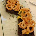 Tostás de pan negro con calamaritos