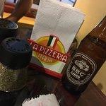 Pizza, buena cerveza colombiana y excelente ambiente