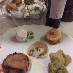 Cucina tipica rivisitata con abbinamenti unici. Ottimo vino greco di tufo e splendido Babà final