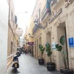 Calle del hotel, muy transitada, cerca de muchos restaurantes y tiendas