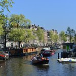 Canal boat cruising along Herengracht (4)