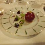Sphère de foie gras de canard, chutney de griottes ! Aussi beau que bon.