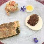 torts verde, uovo di quaglia, insalata russa e carciofo ripieno di carne con fonduta