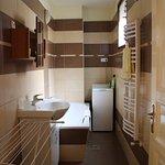 Bad mit sehr sauberer Badewanne und Waschmaschine und separaten WC