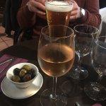 vin rosé, bière et olives