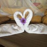 liebevoll dekoriertes Bett