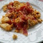 Huevos estrellados con jamón y queso