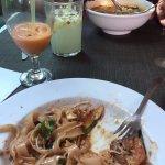 Pad Thai y sopa de mariscos