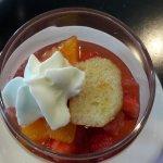 dessert du jour fraises au sirop de rosé et son baba