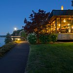 Located right on the banks of the Columbia River