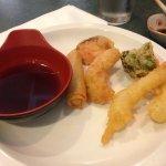 Molho para tempurá e tempurá de camarao, peixe branco e legumes alem de um rolinho primavera.