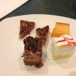 Sobremesa, mini bolo de chocolate, cheescake, pudim e dois pedacos de torata de nozes(pecanpie)