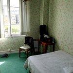 Zimmer: 1 Tisch, 2 Stühle, eine Kommode