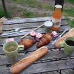 Un petit déjeuner de roi ramené dans un petit panier au pied de la cabane !
